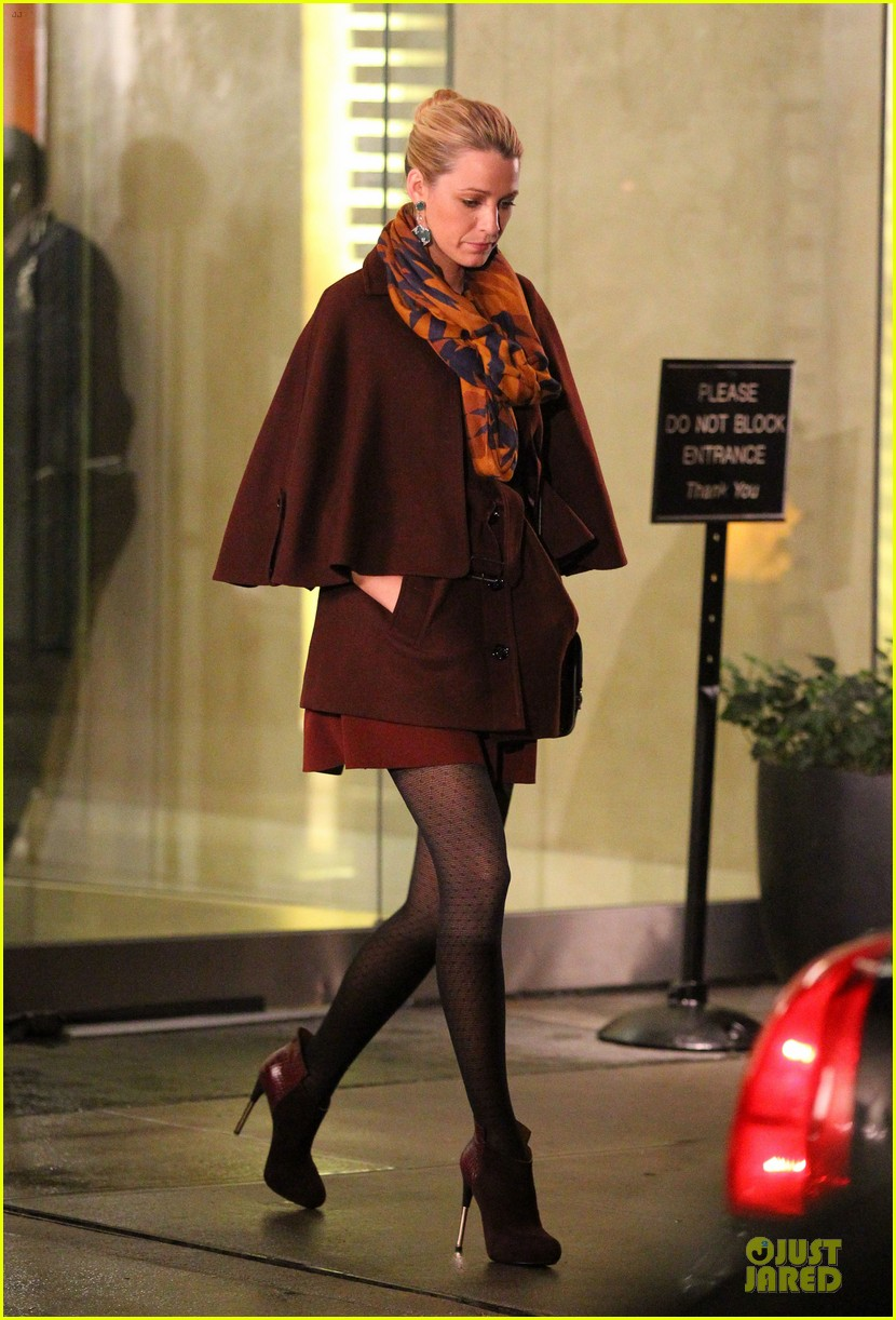 blake lively gossip girl set with penn badgley 01