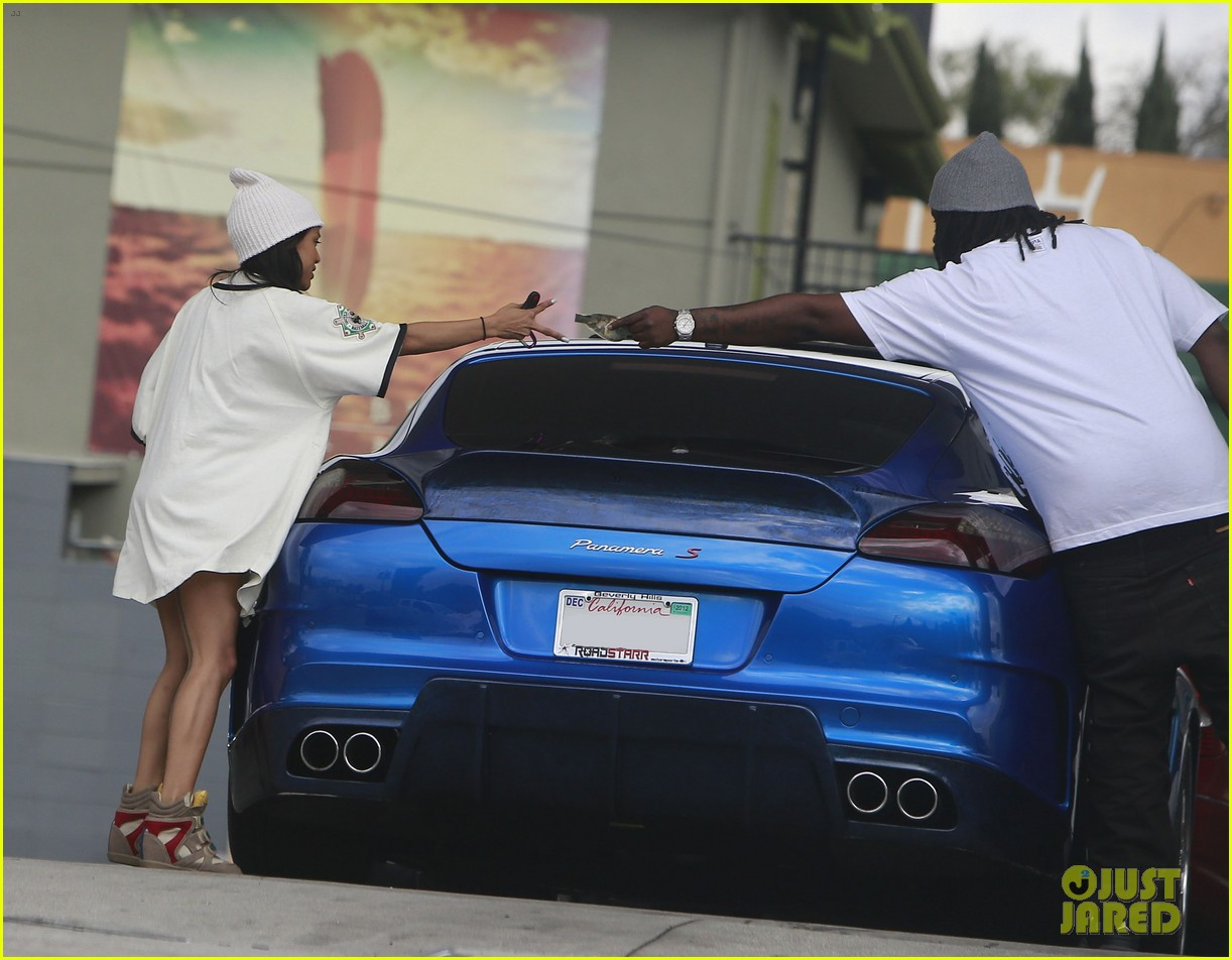 chris brown gas station stop with karrueche tran 04