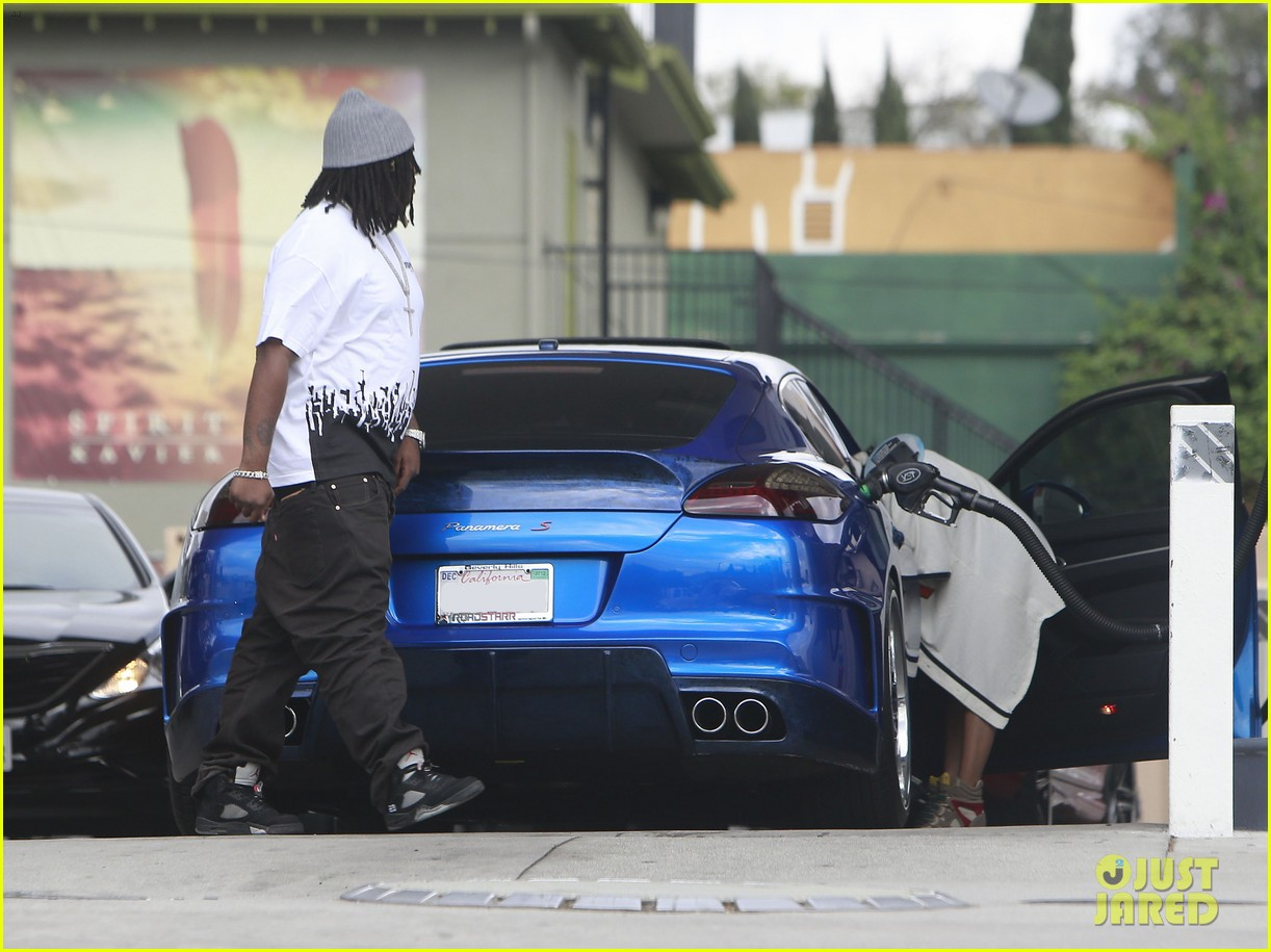 chris brown gas station stop with karrueche tran 06