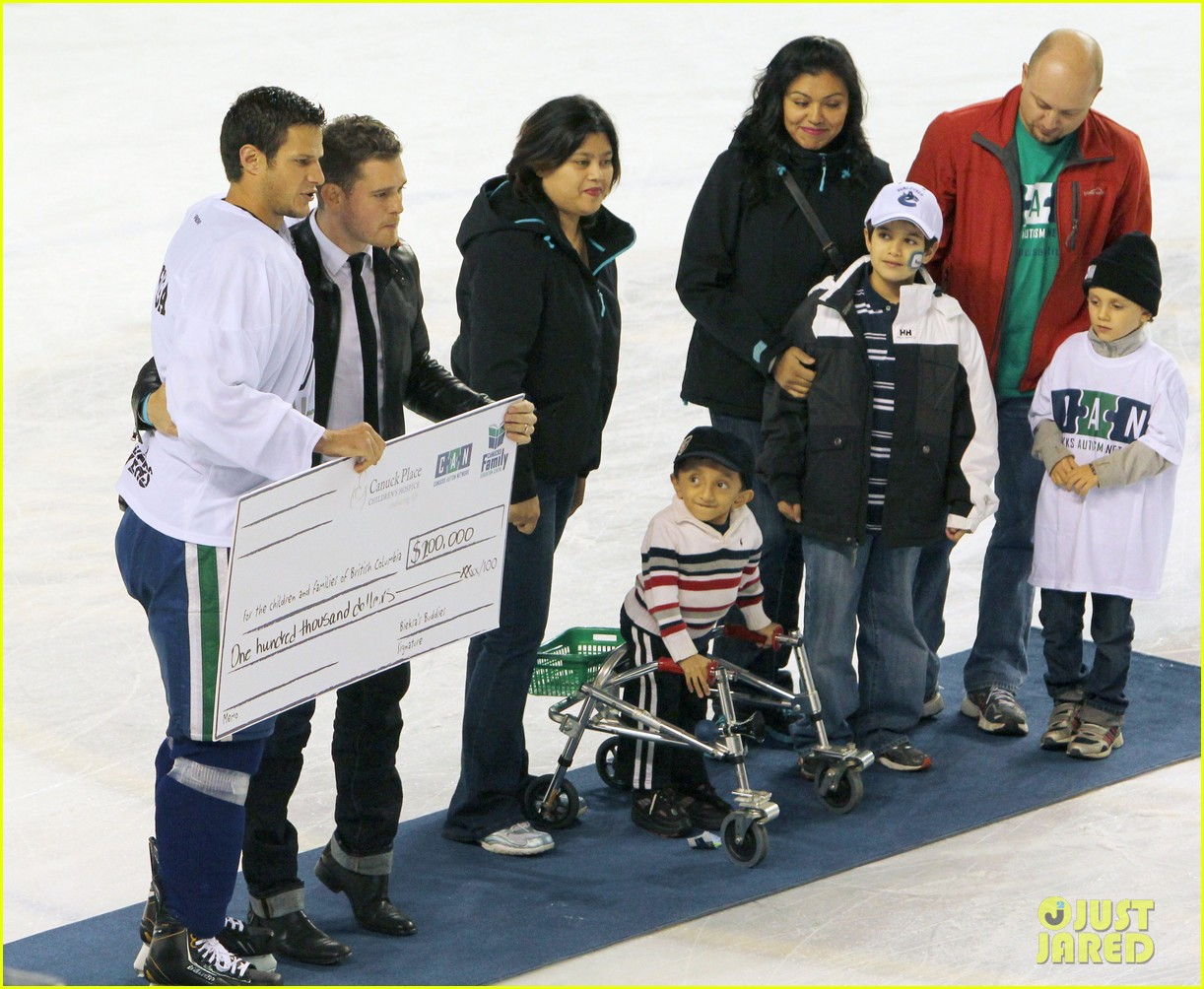 michael buble bieksas buddies charity hockey game 02