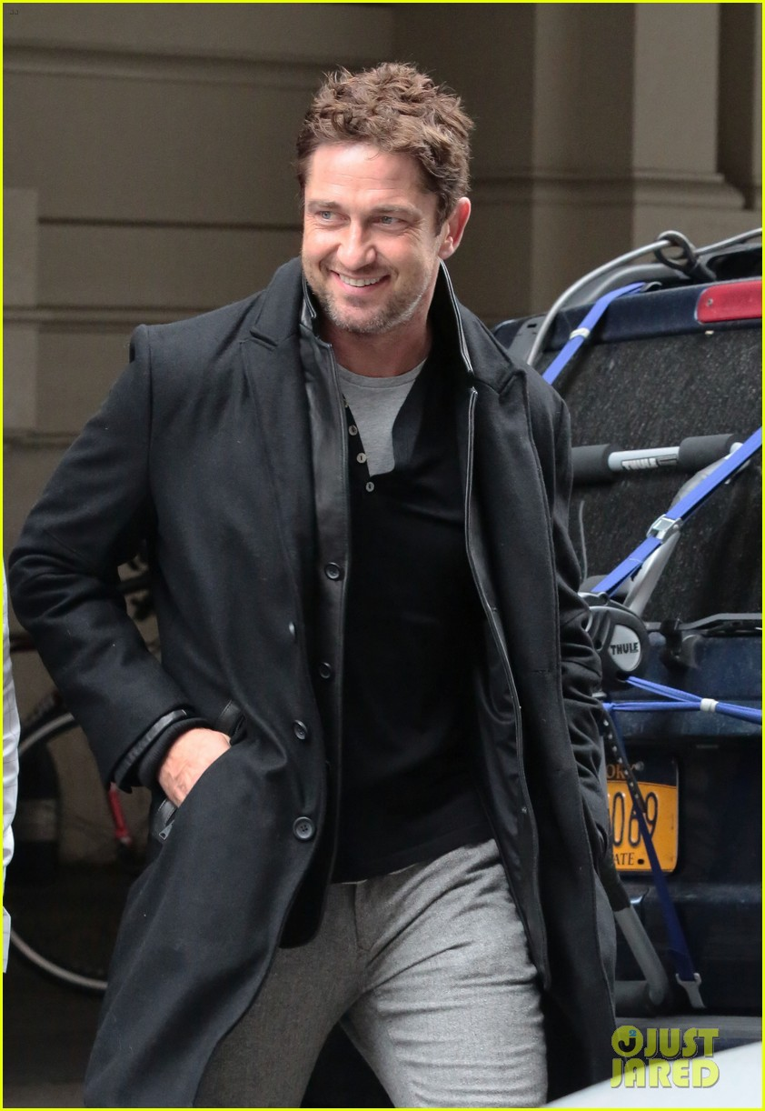 gerard butler good looks praised by jon stewart 04