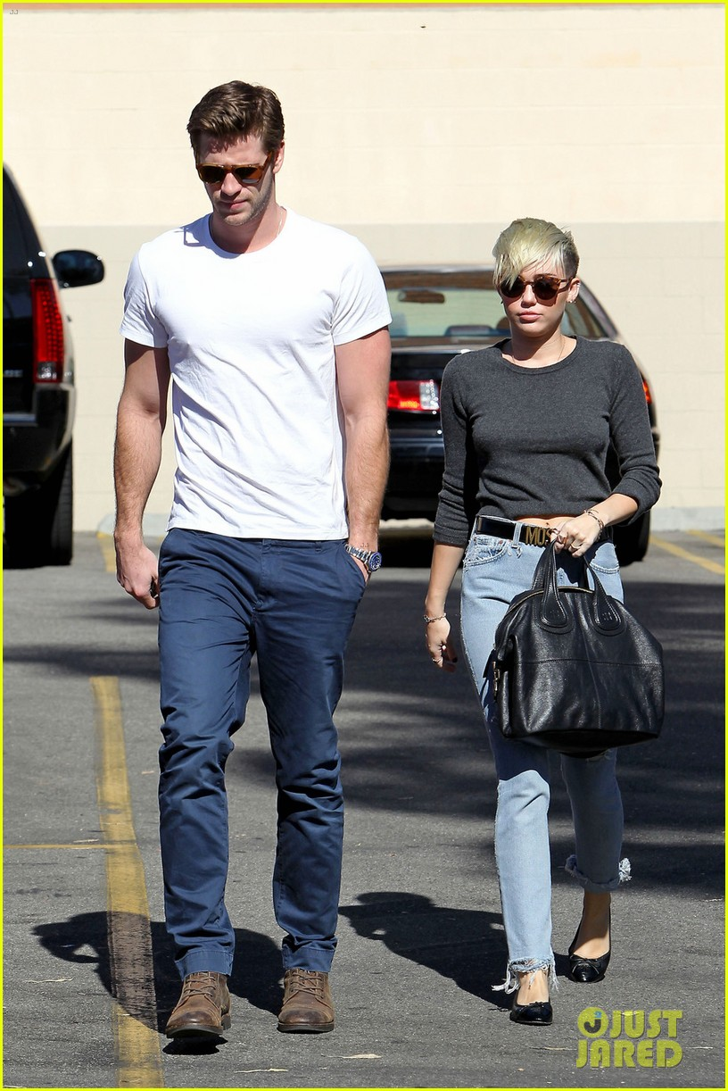 miley cyrus liam hemsworth starbucks sweethearts 01