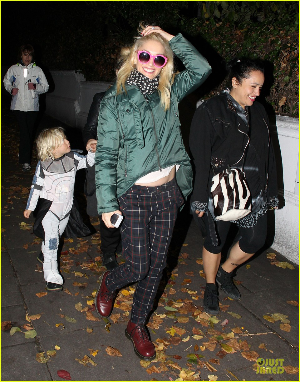 gwen stefani trick or threating with zuma 08