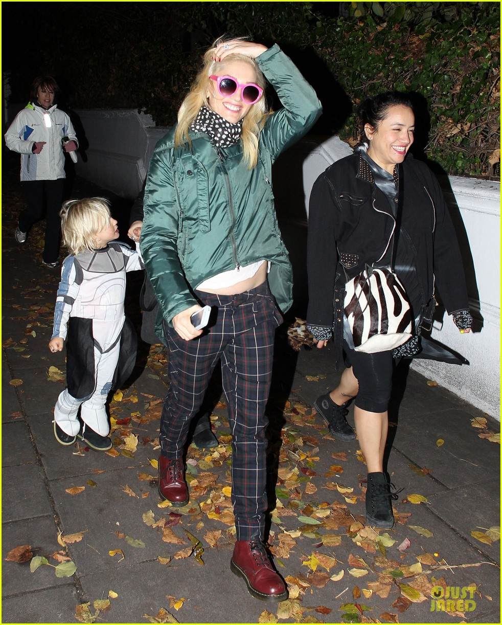 gwen stefani trick or threating with zuma 102749273
