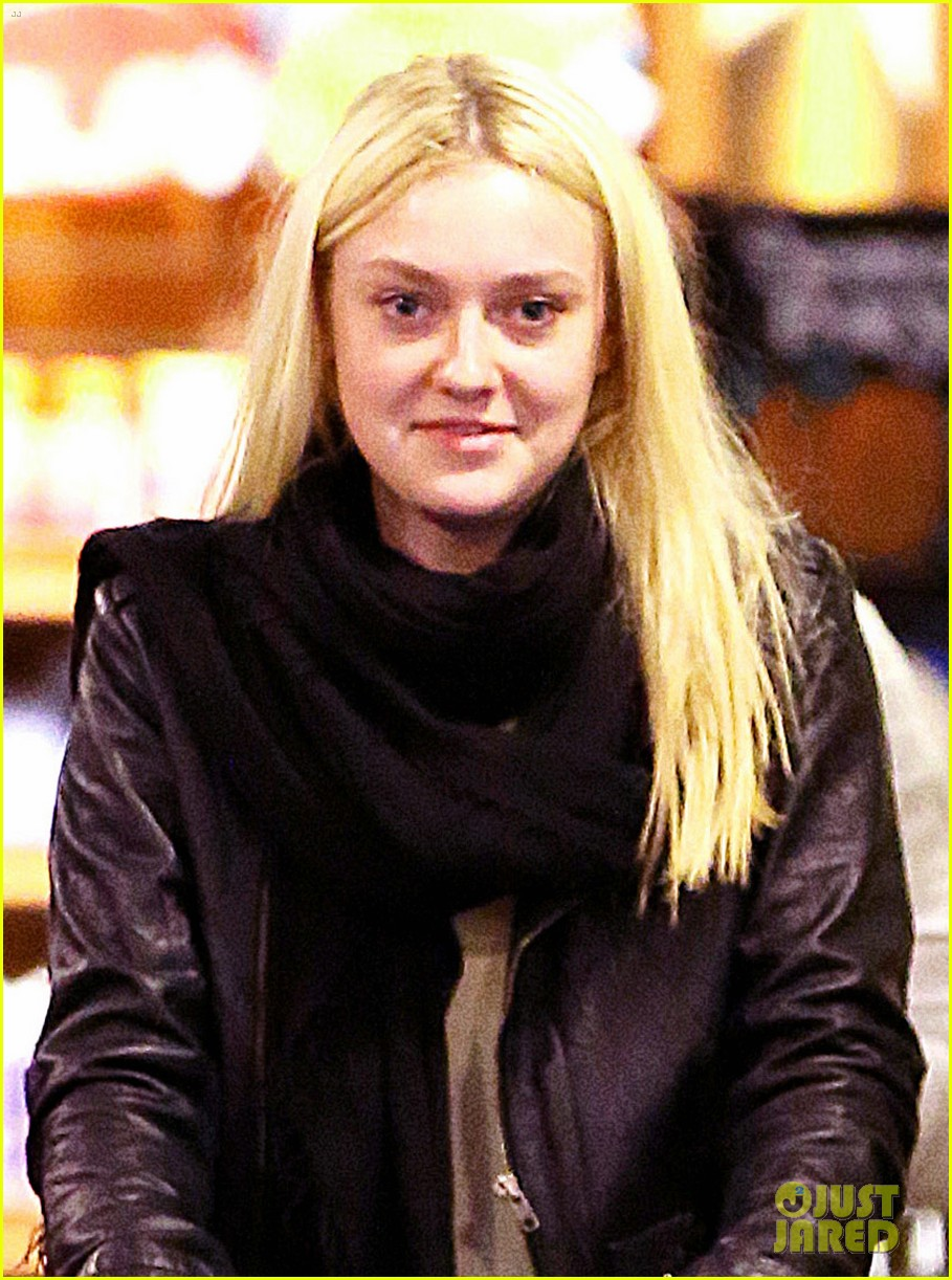 dakota fanning whole foods grocery shopper 022732319