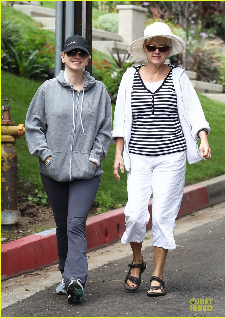 anna faris hollywood stroll with mother karen 01
