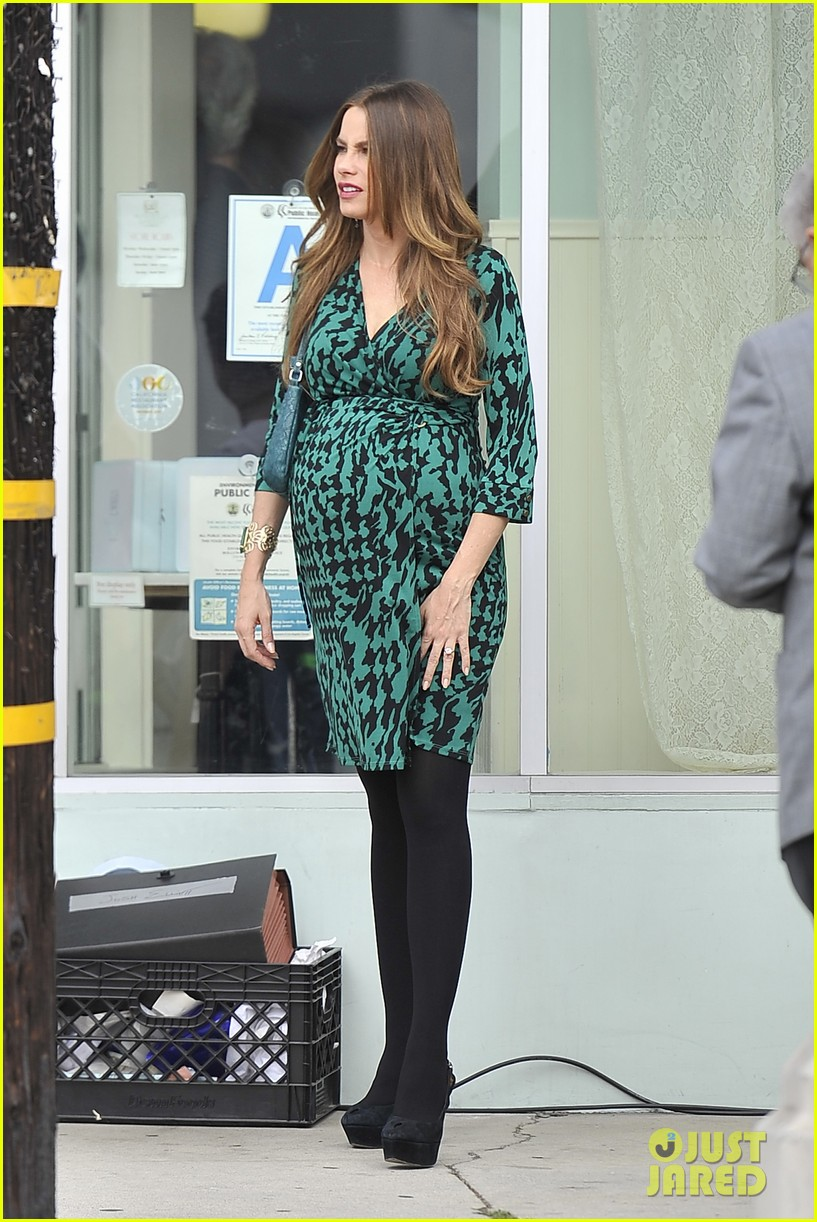 sofia vergara modern family filming before jesse tyler fergusons birthday party 02
