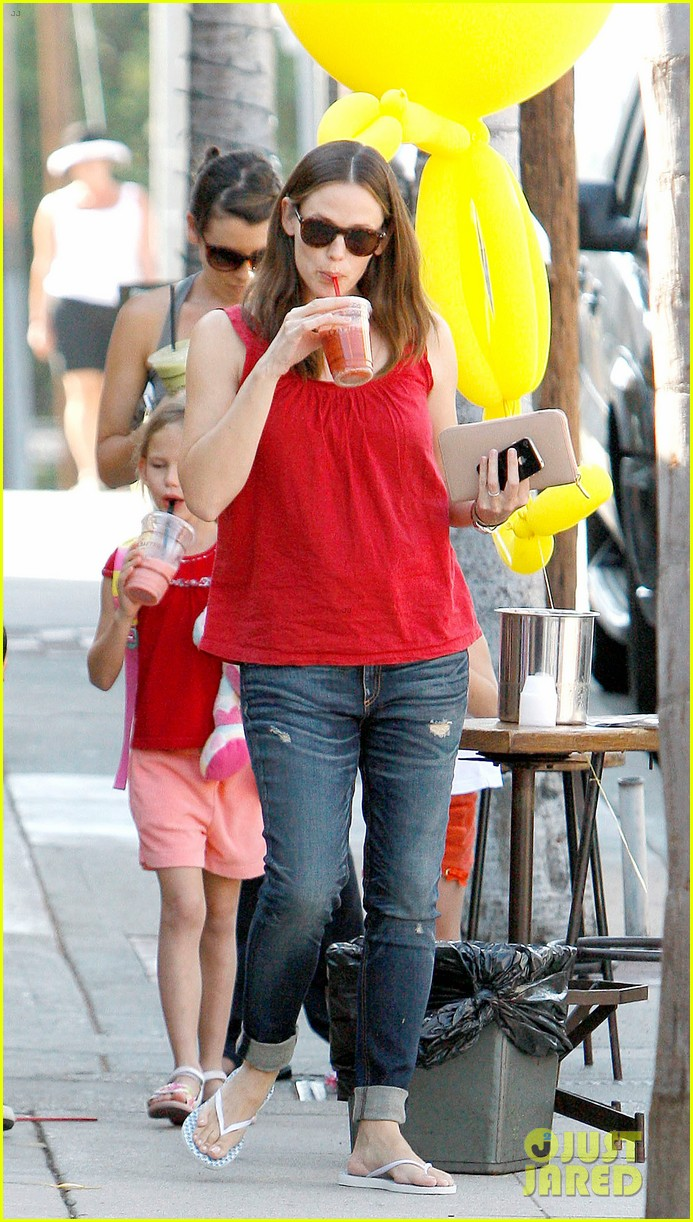 jennifer garner spends time with the girls ben affleck rides motorcycle 16