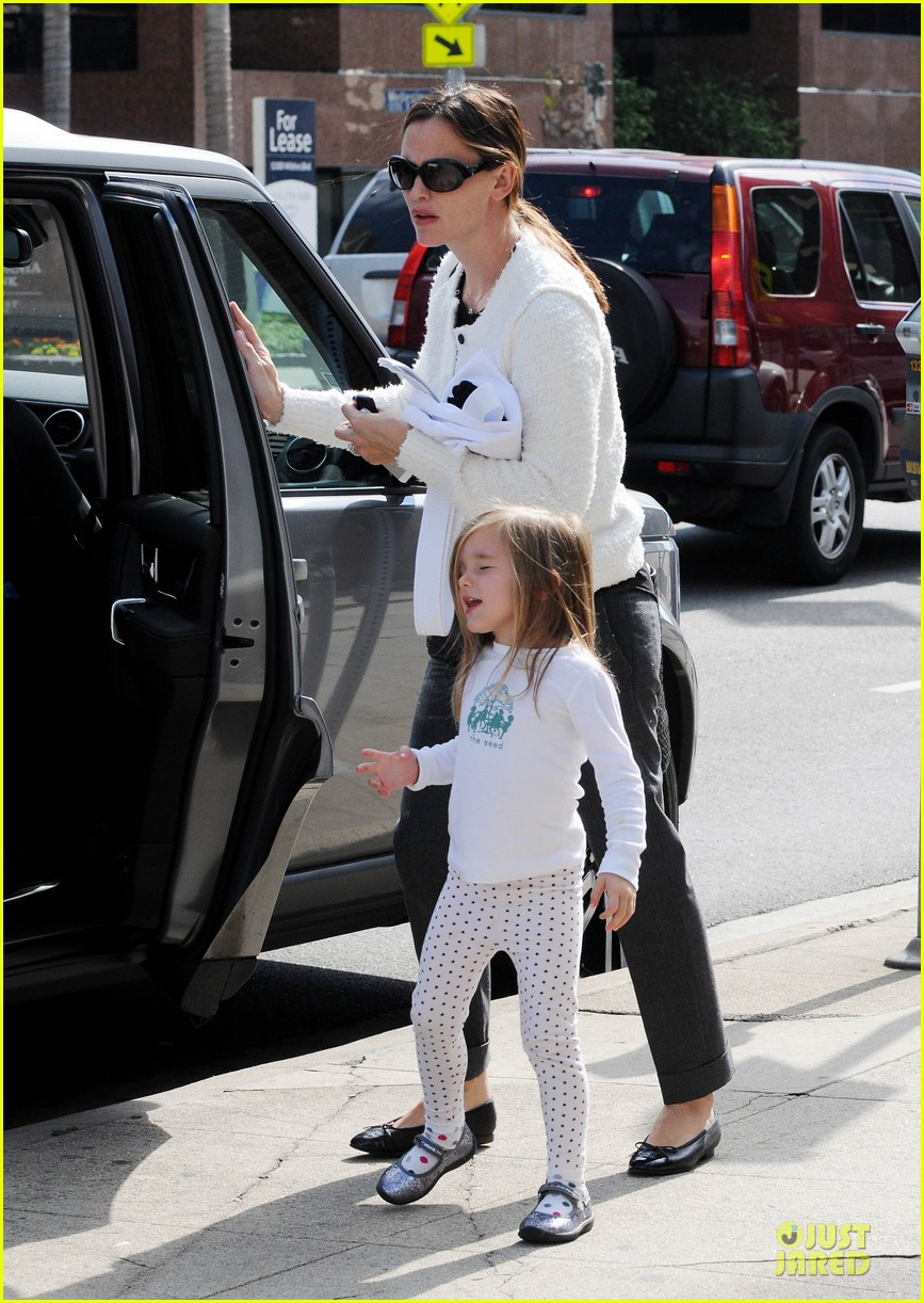 jennifer garner karate class with seraphina 01