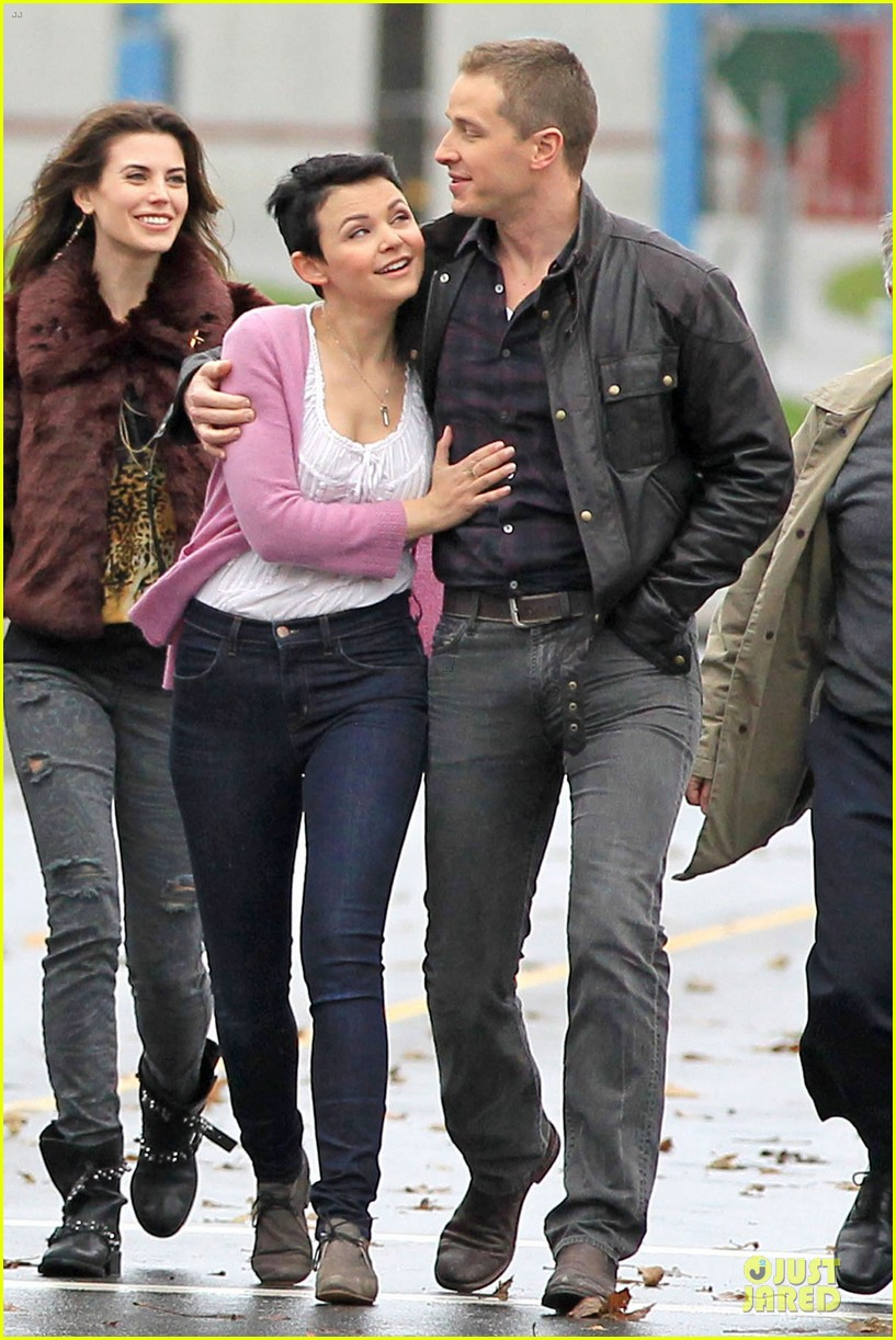 ginnifer goodwin josh dallas once upon a time set with jennifer morrison 01