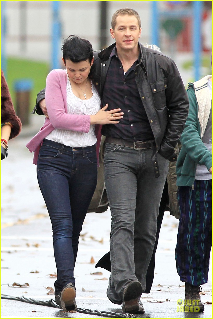 ginnifer goodwin josh dallas once upon a time set with jennifer morrison 11