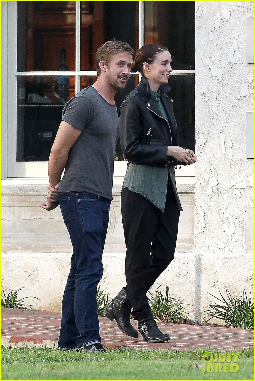 ryan gosling serenades rooney mara on malick set 01