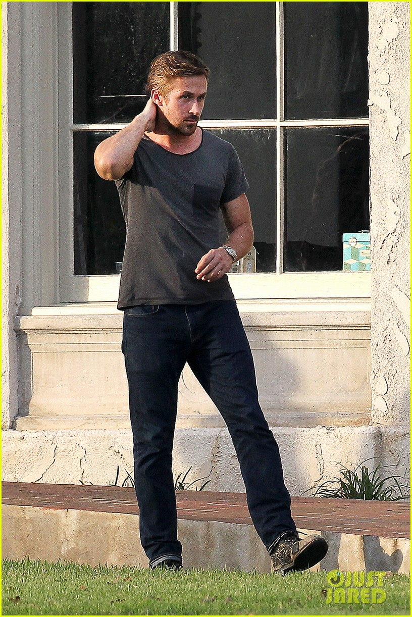 ryan gosling serenades rooney mara on malick set 03