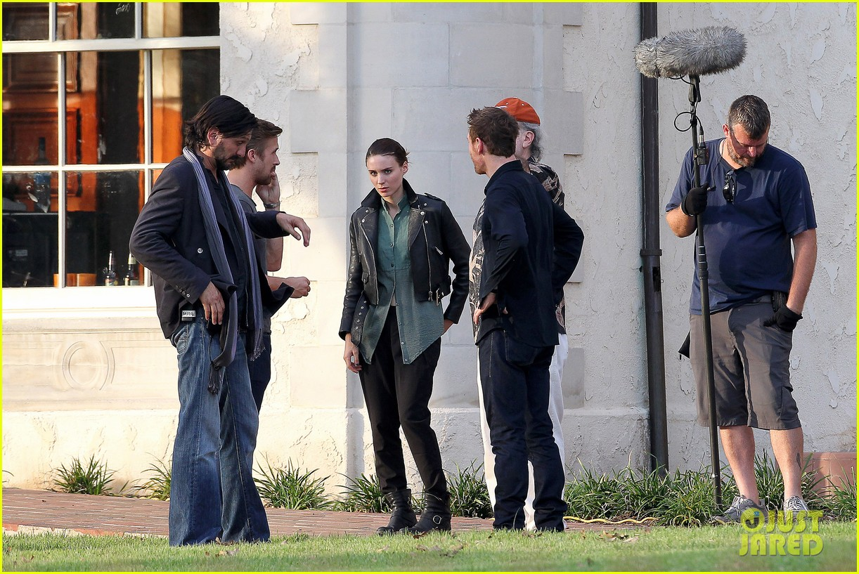 ryan gosling serenades rooney mara on malick set 05