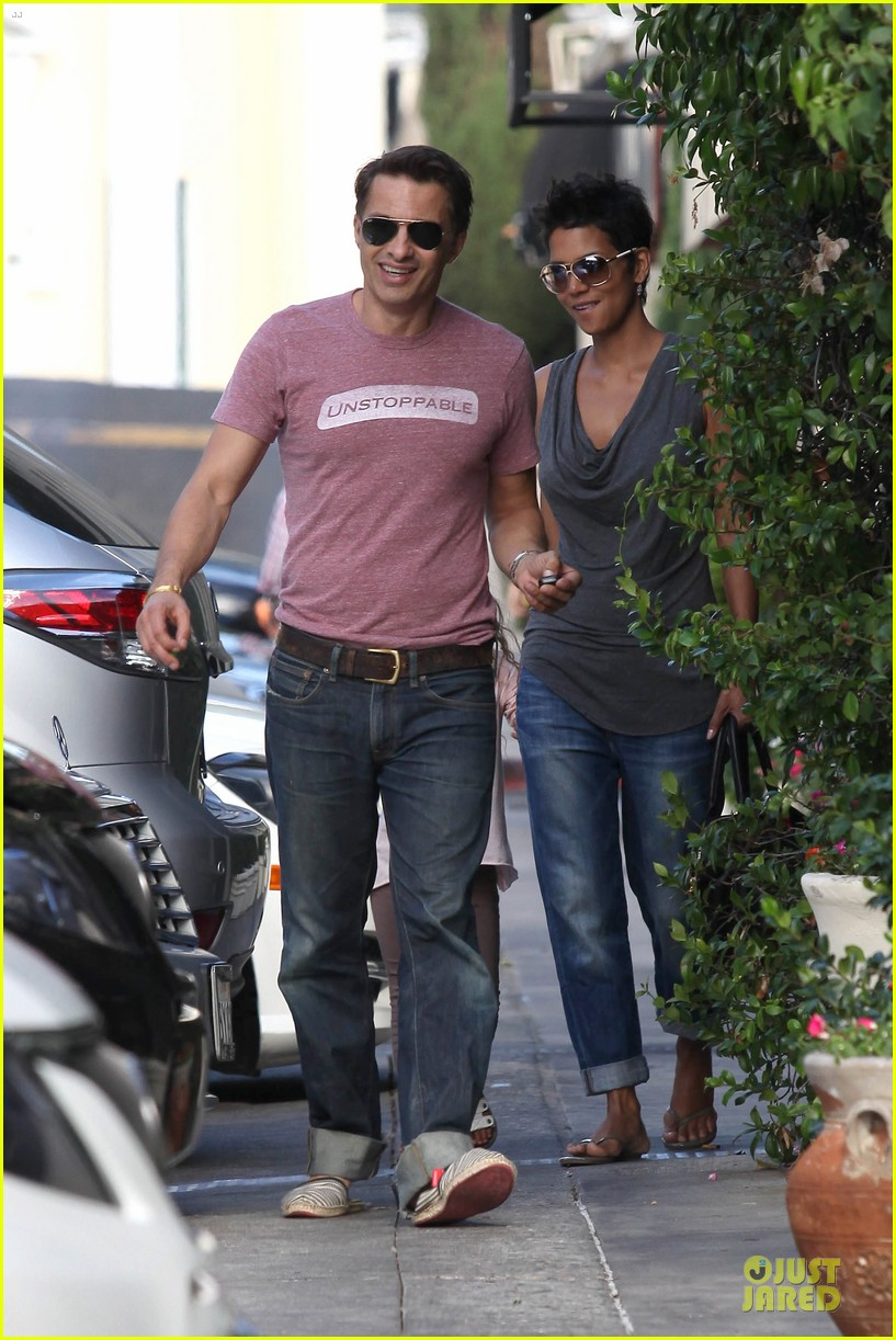 halle berry halloween shopping with nahla 052733910