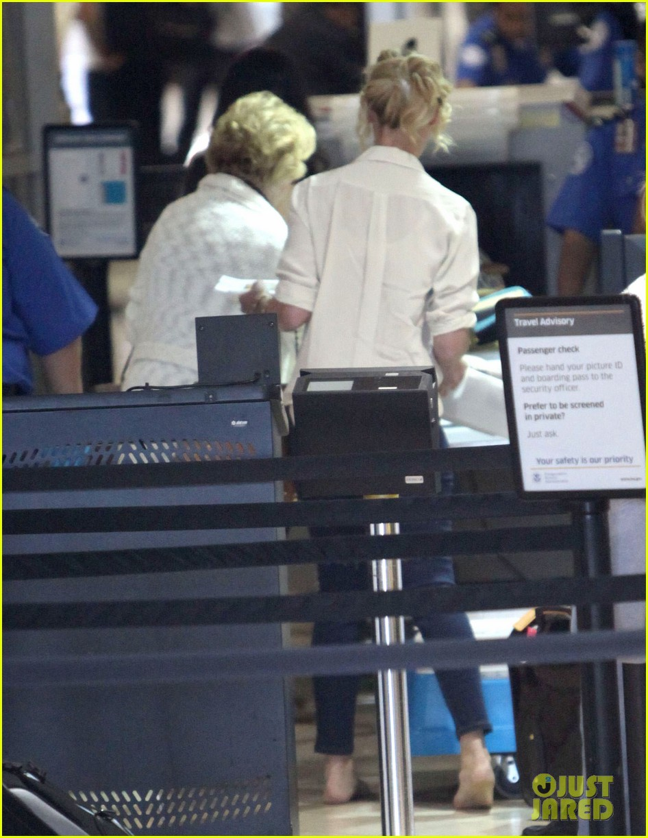 katherine heigl departing flight with mom nancy 03