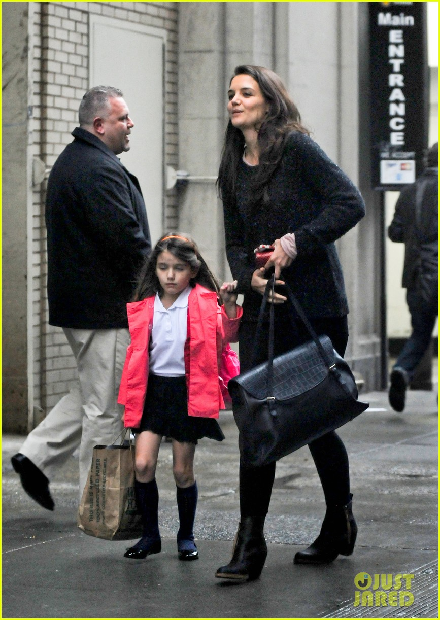 katie holmes suri rainy tuesday twosome 032735912