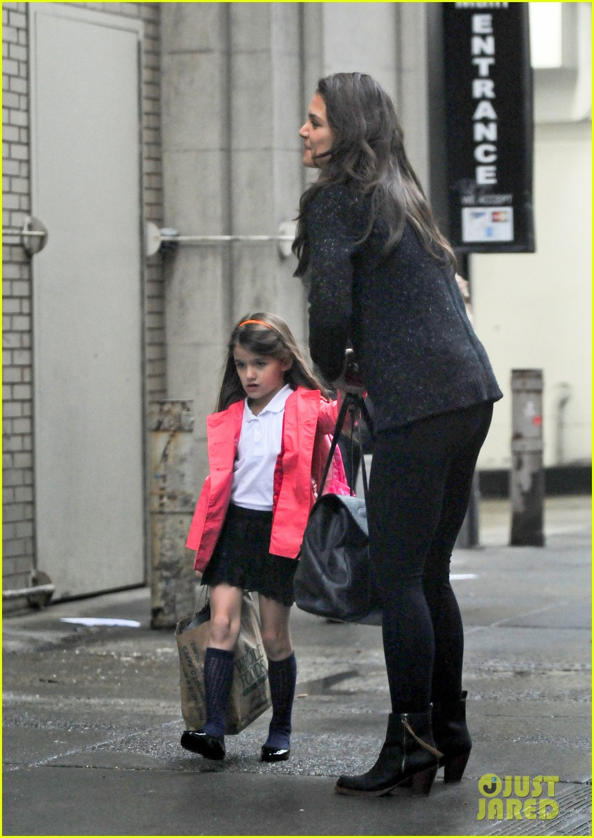 katie holmes suri rainy tuesday twosome 102735919