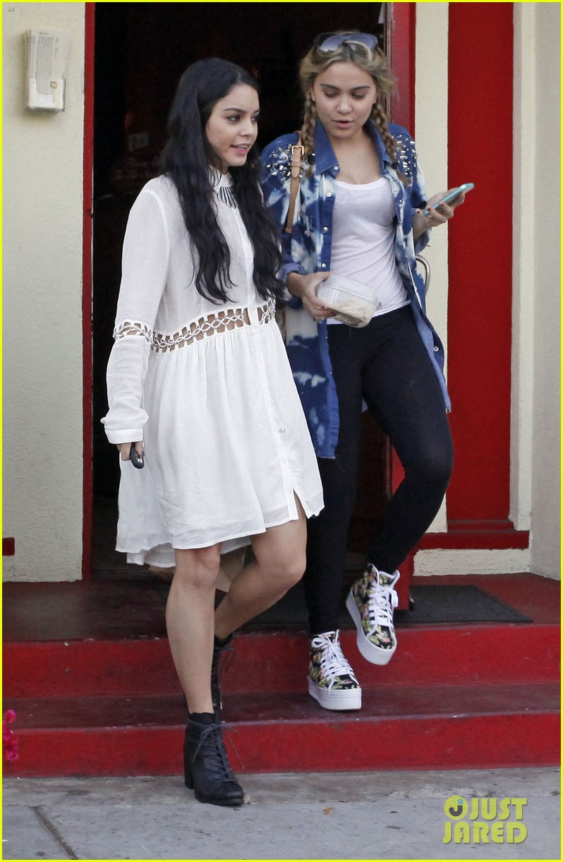 vanessa hudgens halloween horror nights with ashley tisdale 02
