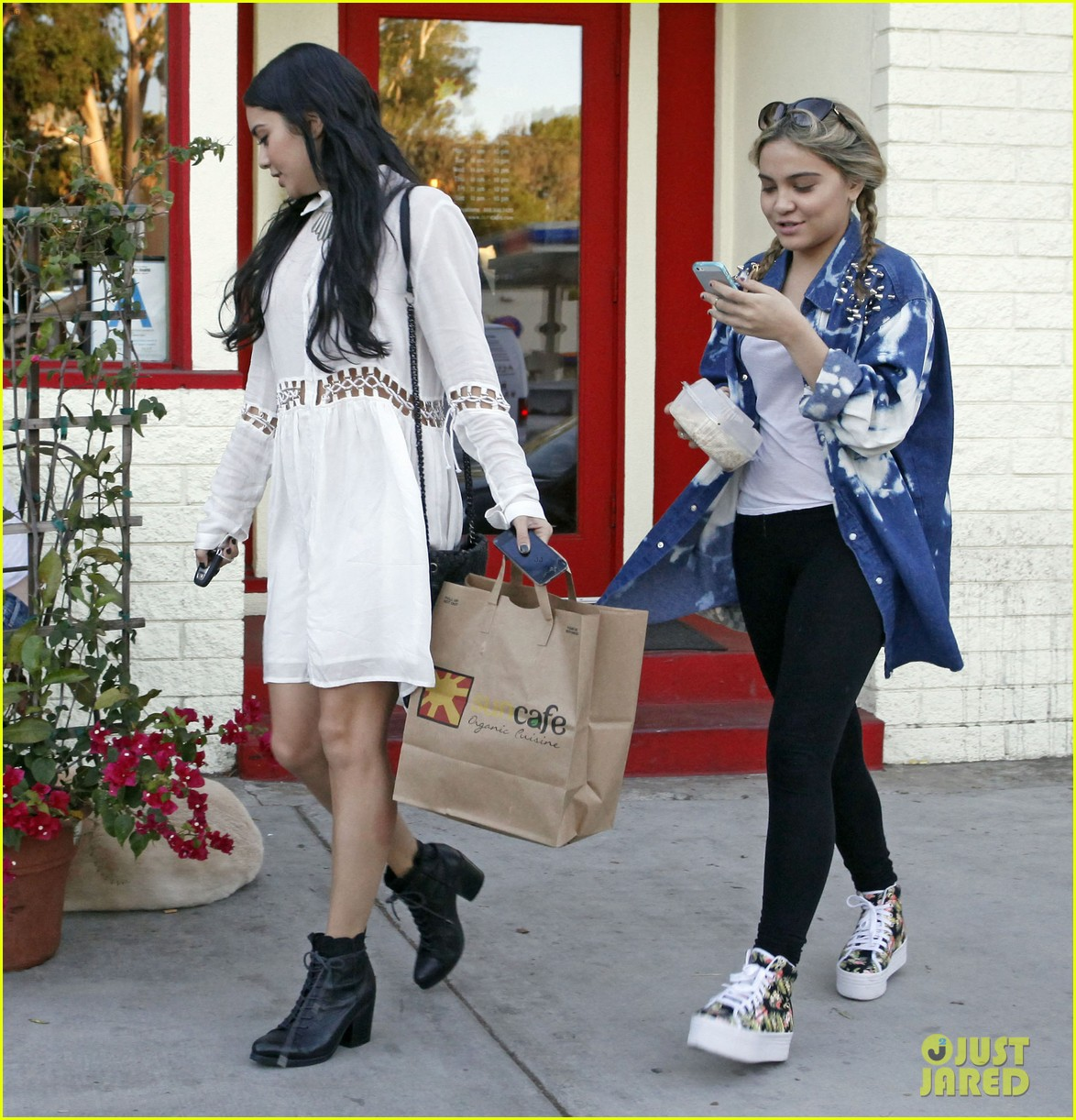 vanessa hudgens halloween horror nights with ashley tisdale 05