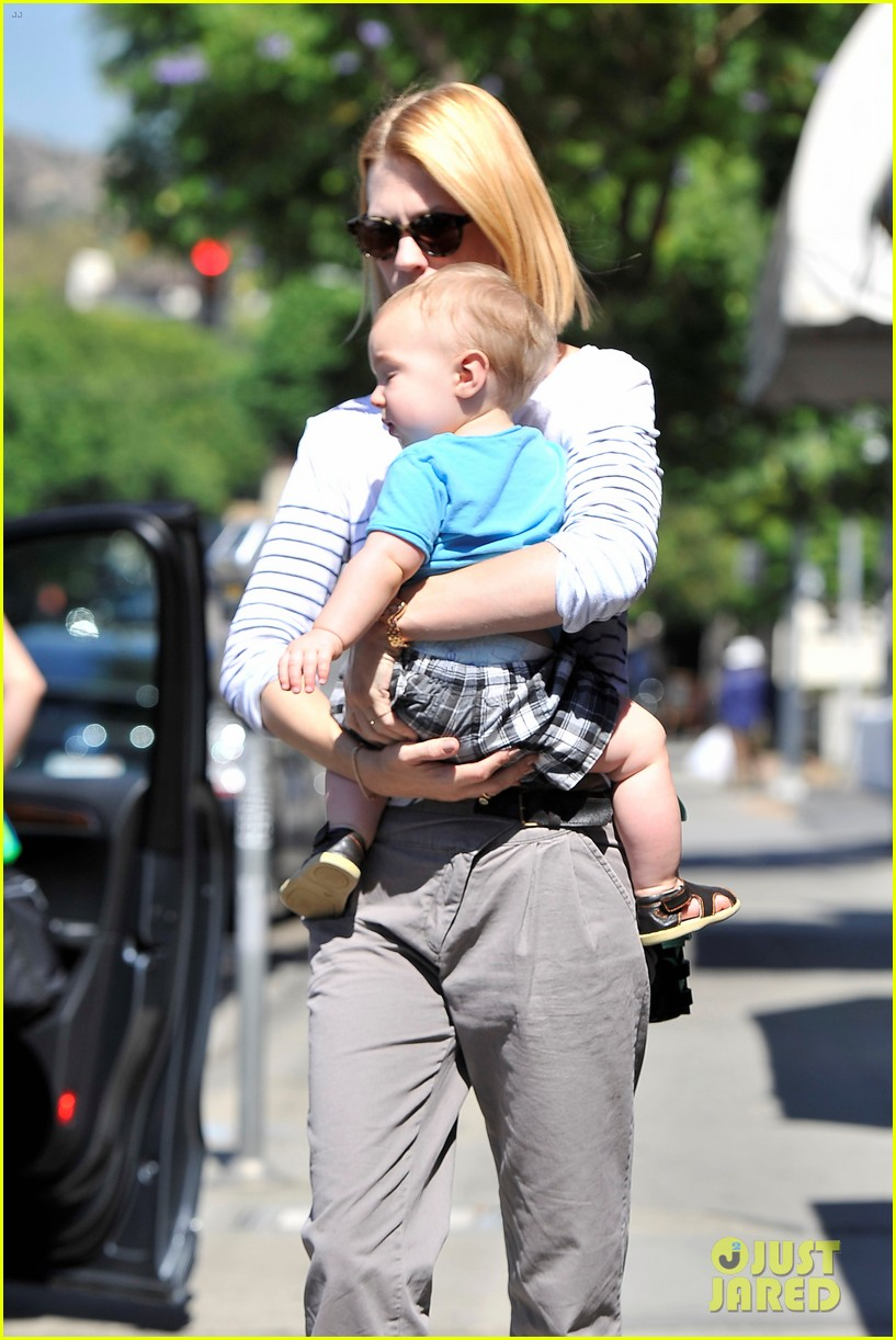 january jones window shopping with baby xander 04