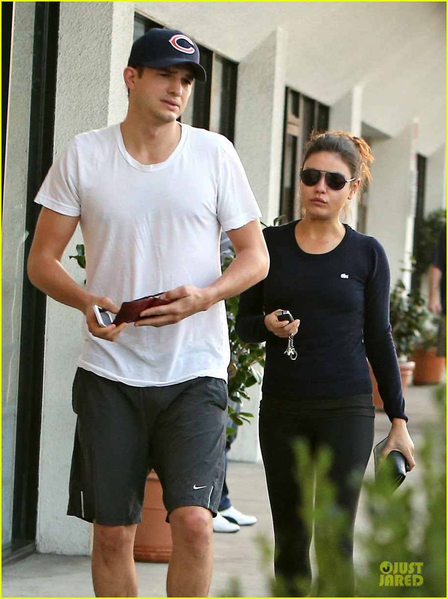 mila kunis ashton kutcher foot pampering couple 04