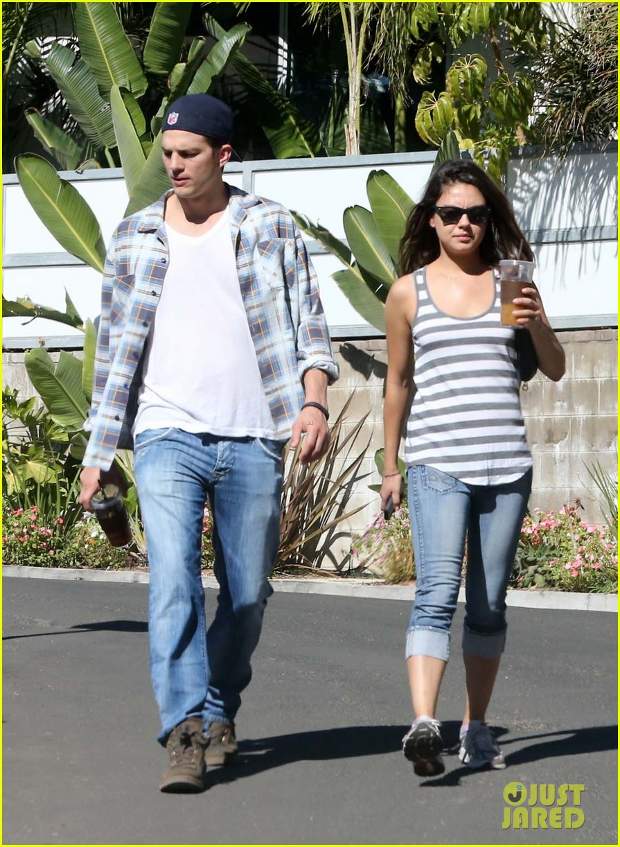ashton kutcher mila kunis iced coffees to go 10