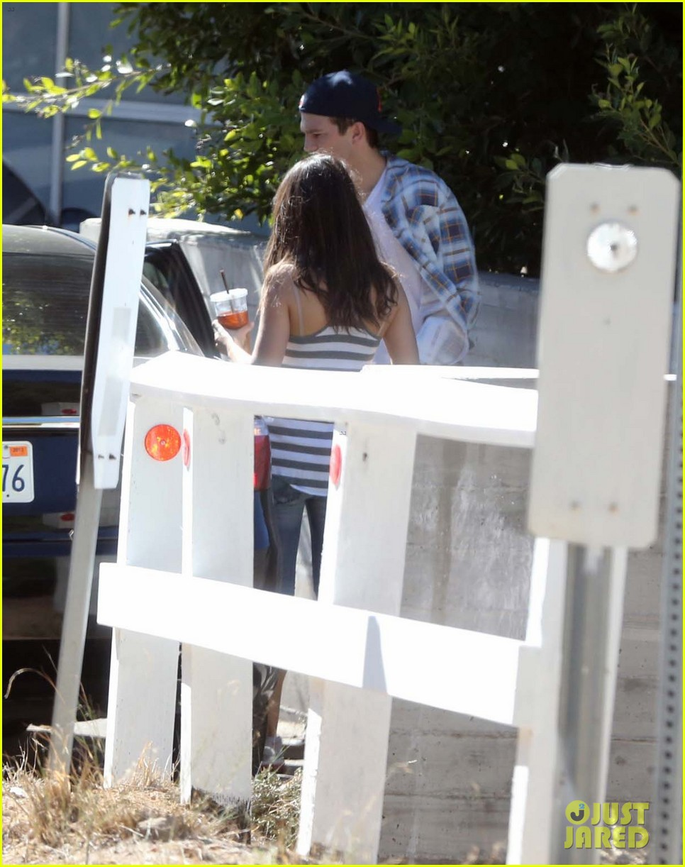 ashton kutcher mila kunis iced coffees to go 12