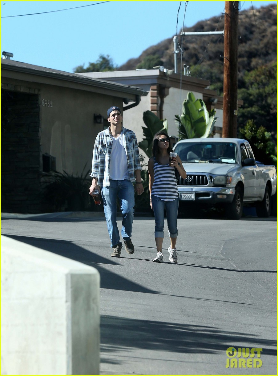 ashton kutcher mila kunis iced coffees to go 17