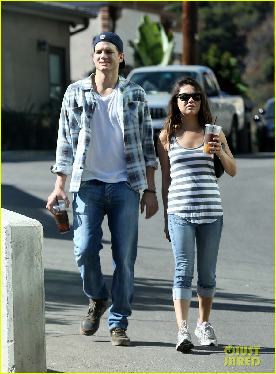 ashton kutcher mila kunis iced coffees to go 23