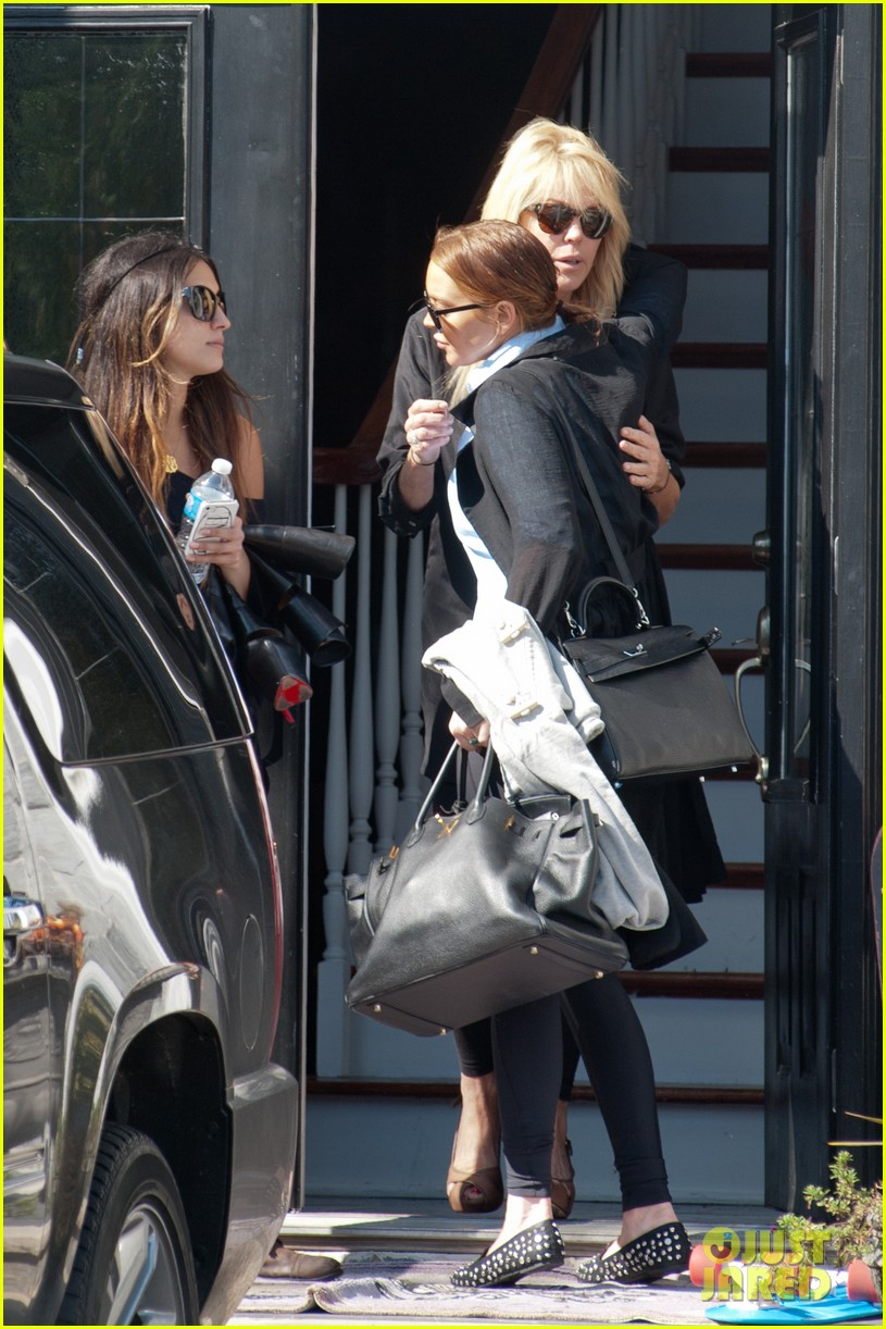 lindsay lohan mom dina hug after fight 05