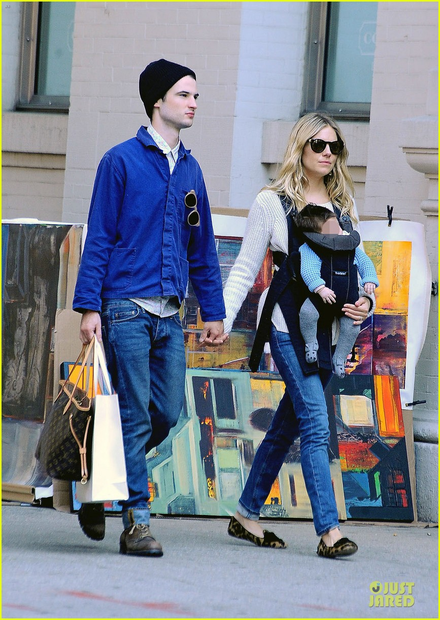 sienna miller tom sturridge new york walk with marlowe 03