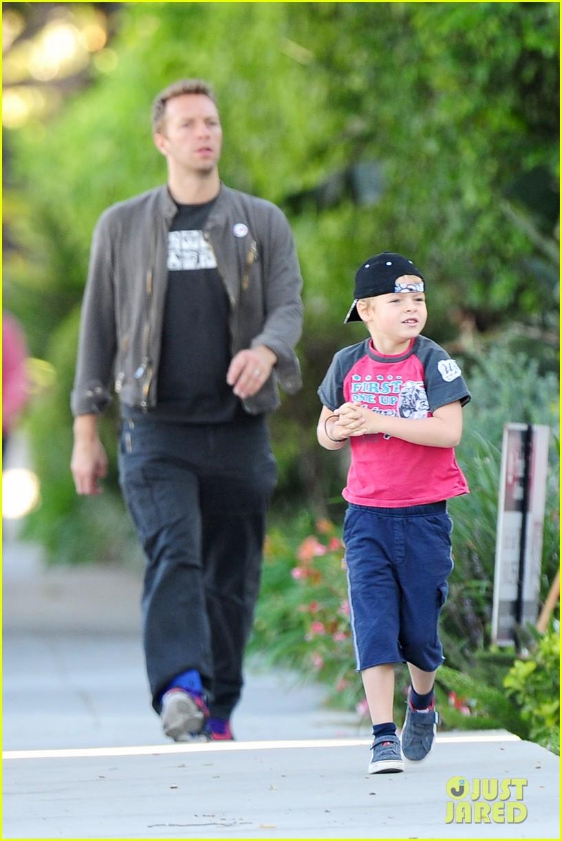 gwyneth paltrow chris martin family walk to school 08