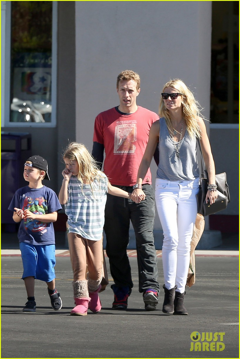 gwyneth paltrow chris martin toys r us with the kids 16