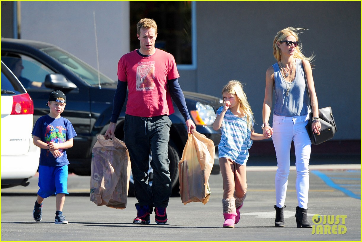 gwyneth paltrow chris martin toys r us with the kids 21