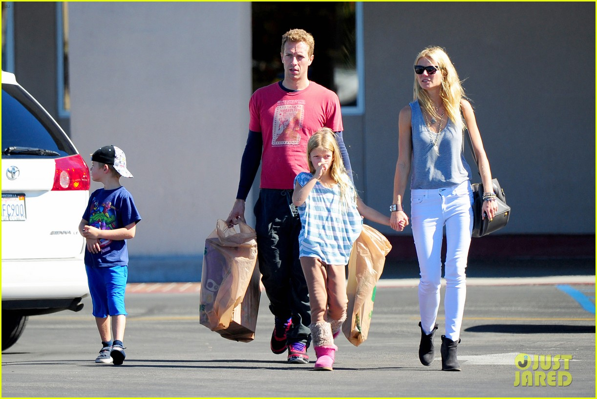 gwyneth paltrow chris martin toys r us with the kids 22