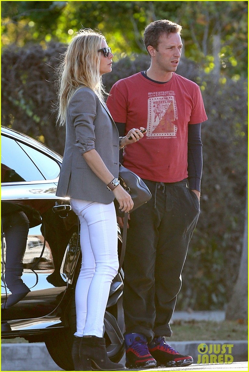 gwyneth paltrow chris martin toys r us with the kids 25