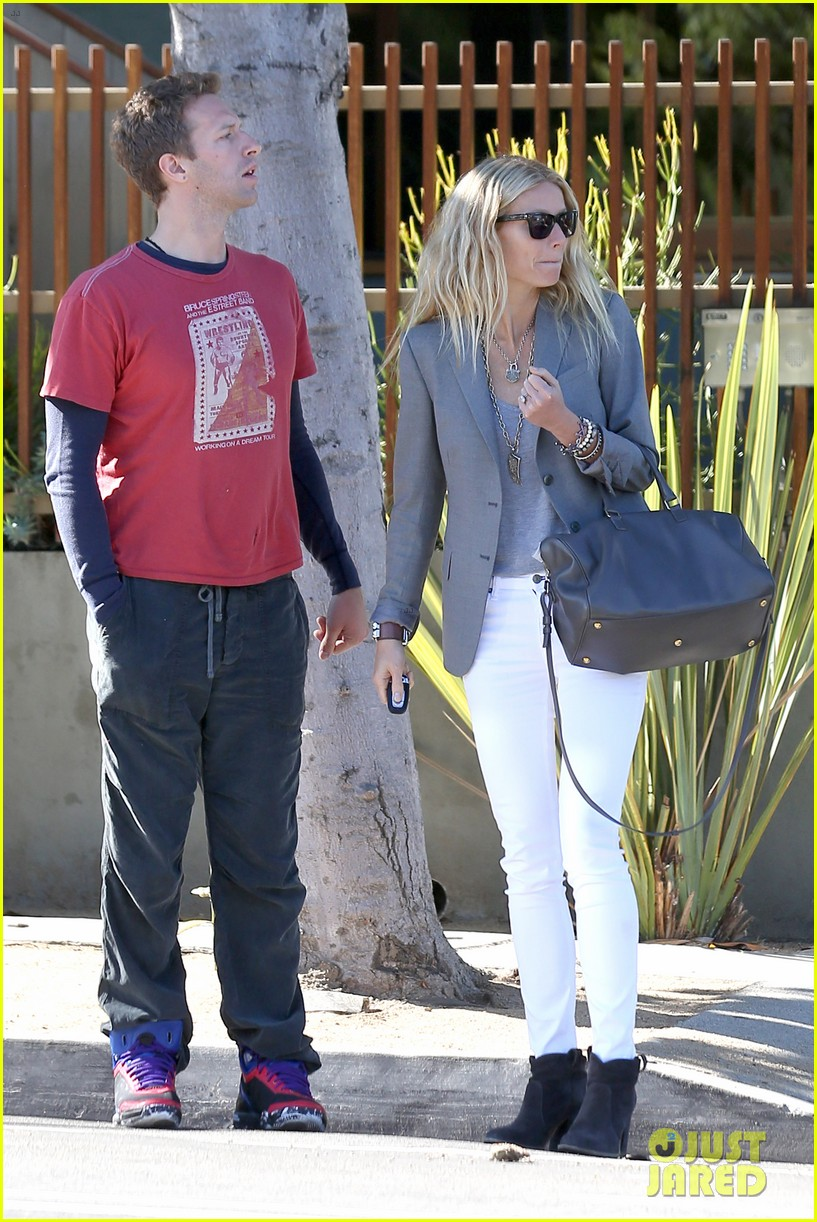 gwyneth paltrow chris martin toys r us with the kids 29