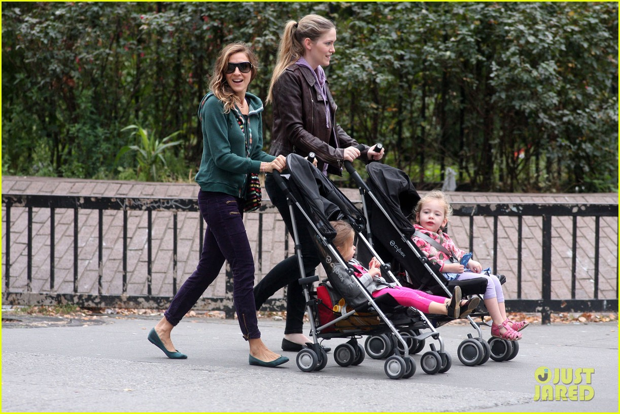 sarah jessica parker school stroll with the twins 02