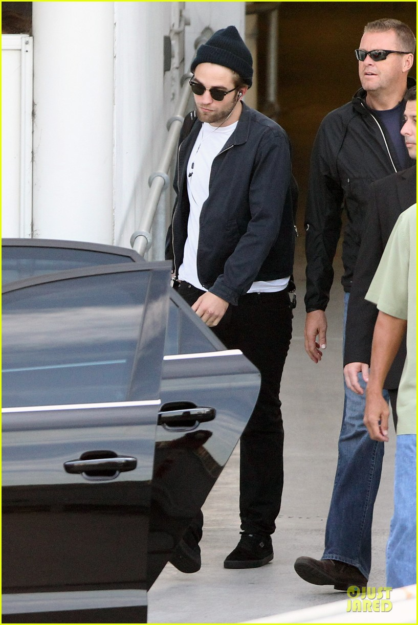 robert pattinson touches down in sydney 032742234