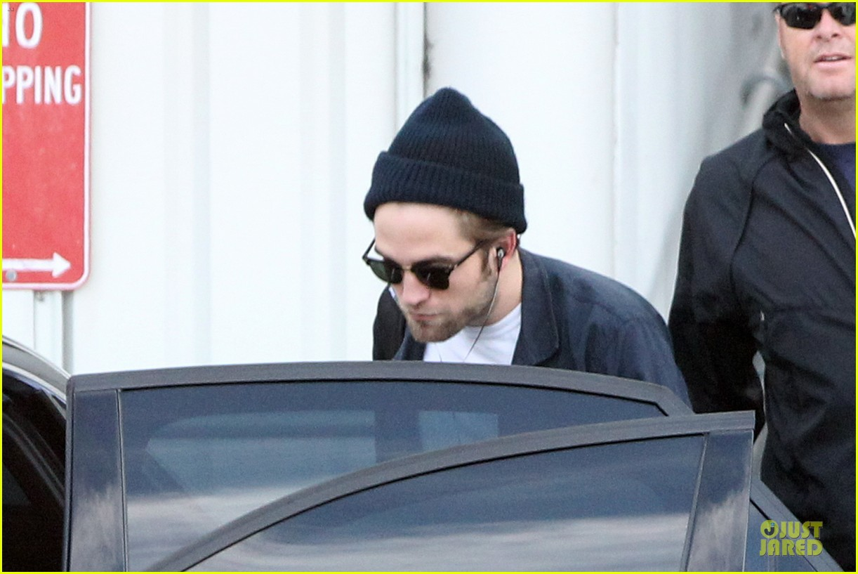 robert pattinson touches down in sydney 042742235