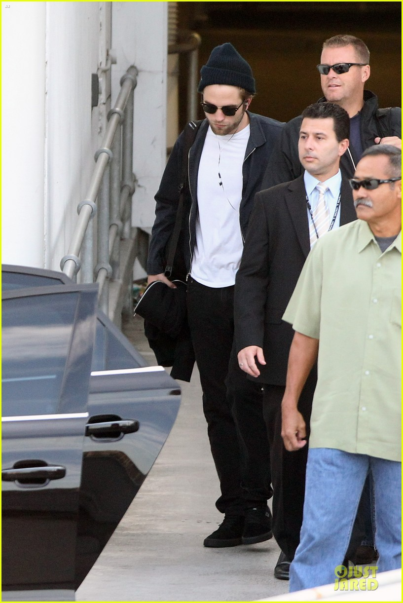 robert pattinson touches down in sydney 05
