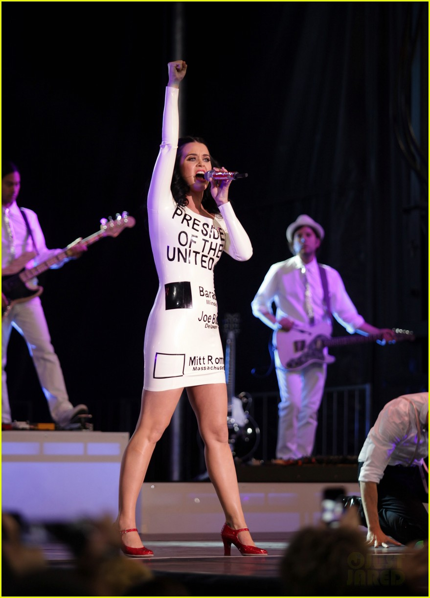 katy perry voting ballot dress at obama rally 03
