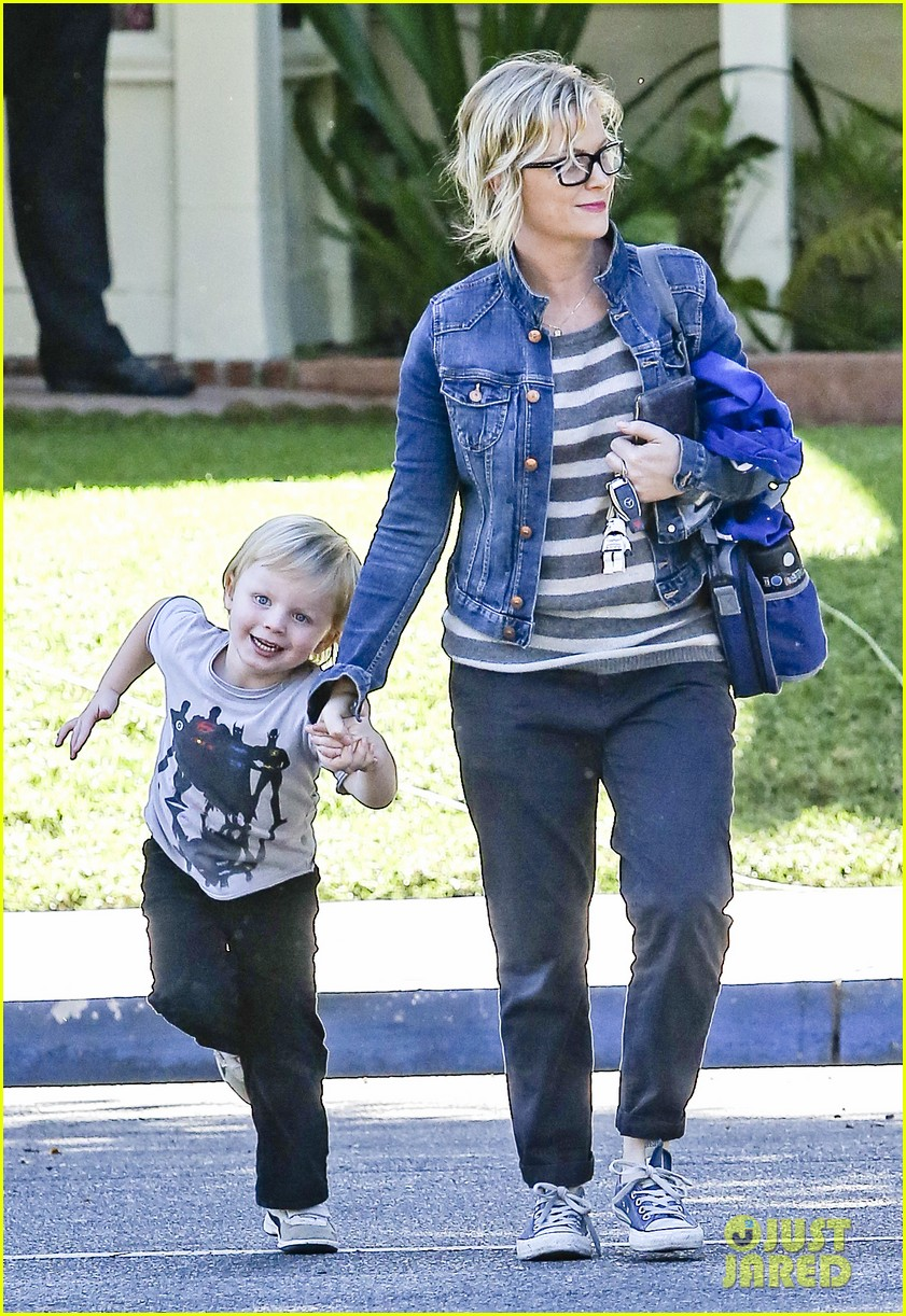 amy poehler shopping with archie 04