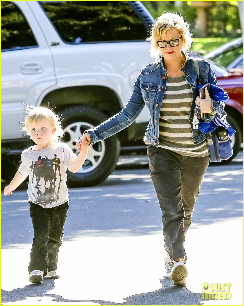 amy poehler shopping with archie 08