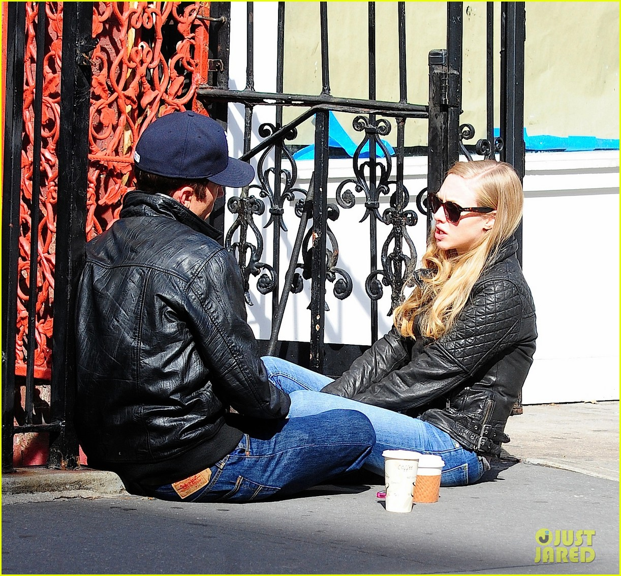 amanda seyfried desmond harrington sidewalk sitdown 032740083