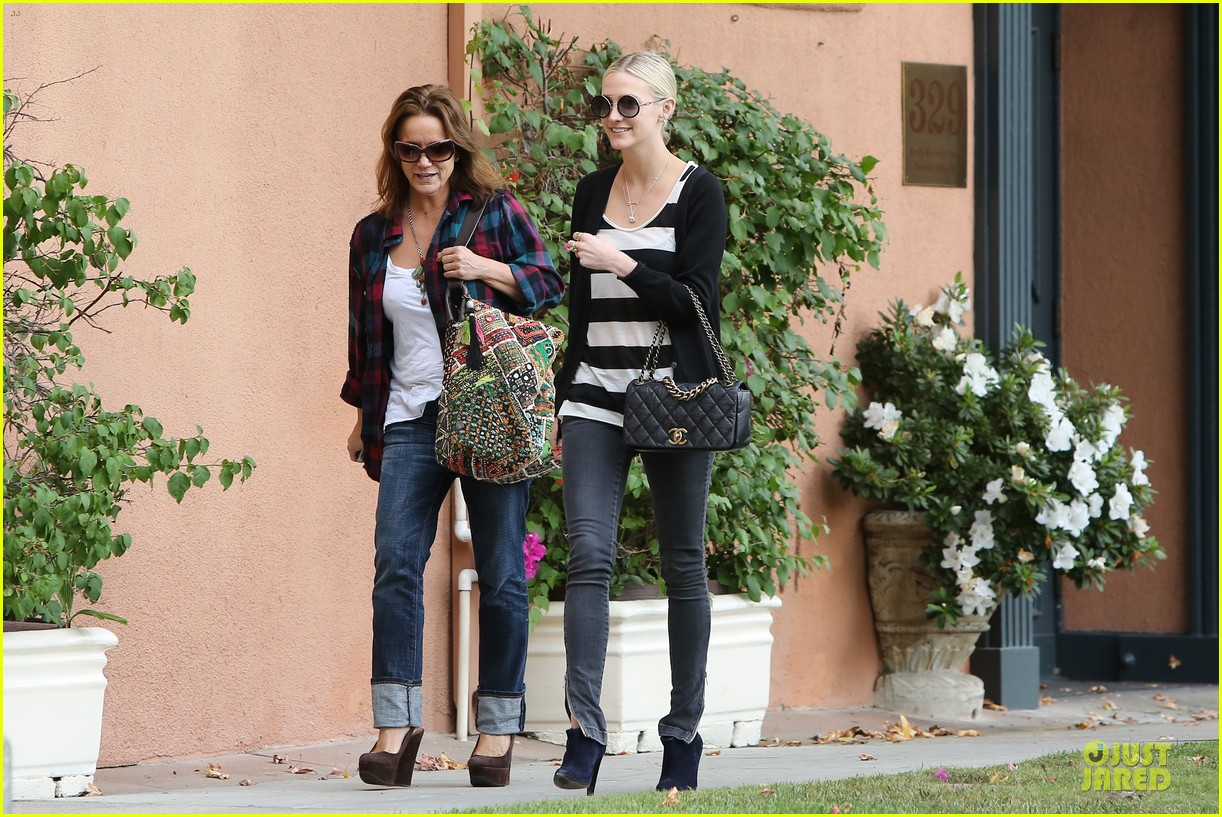ashlee simpson lawyers office visit with mother tina 03