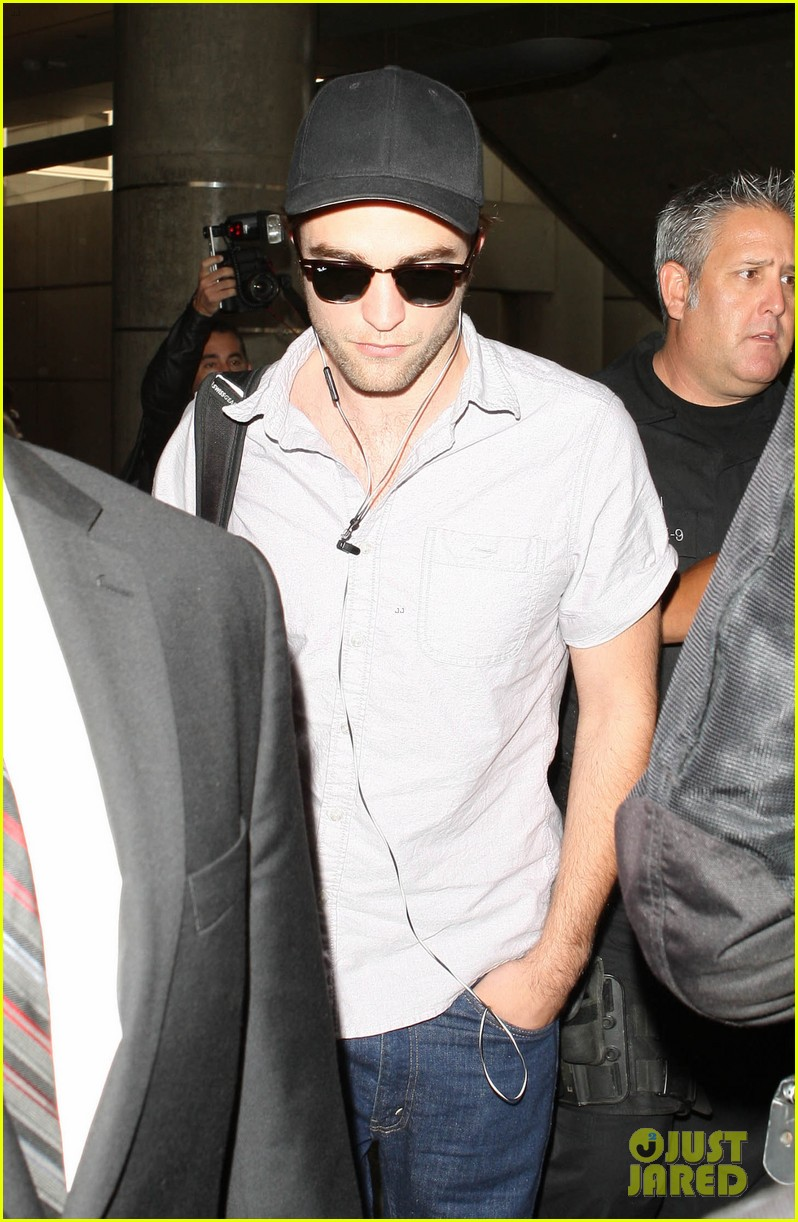 kristen stewart robert pattinson separate lax landings 14