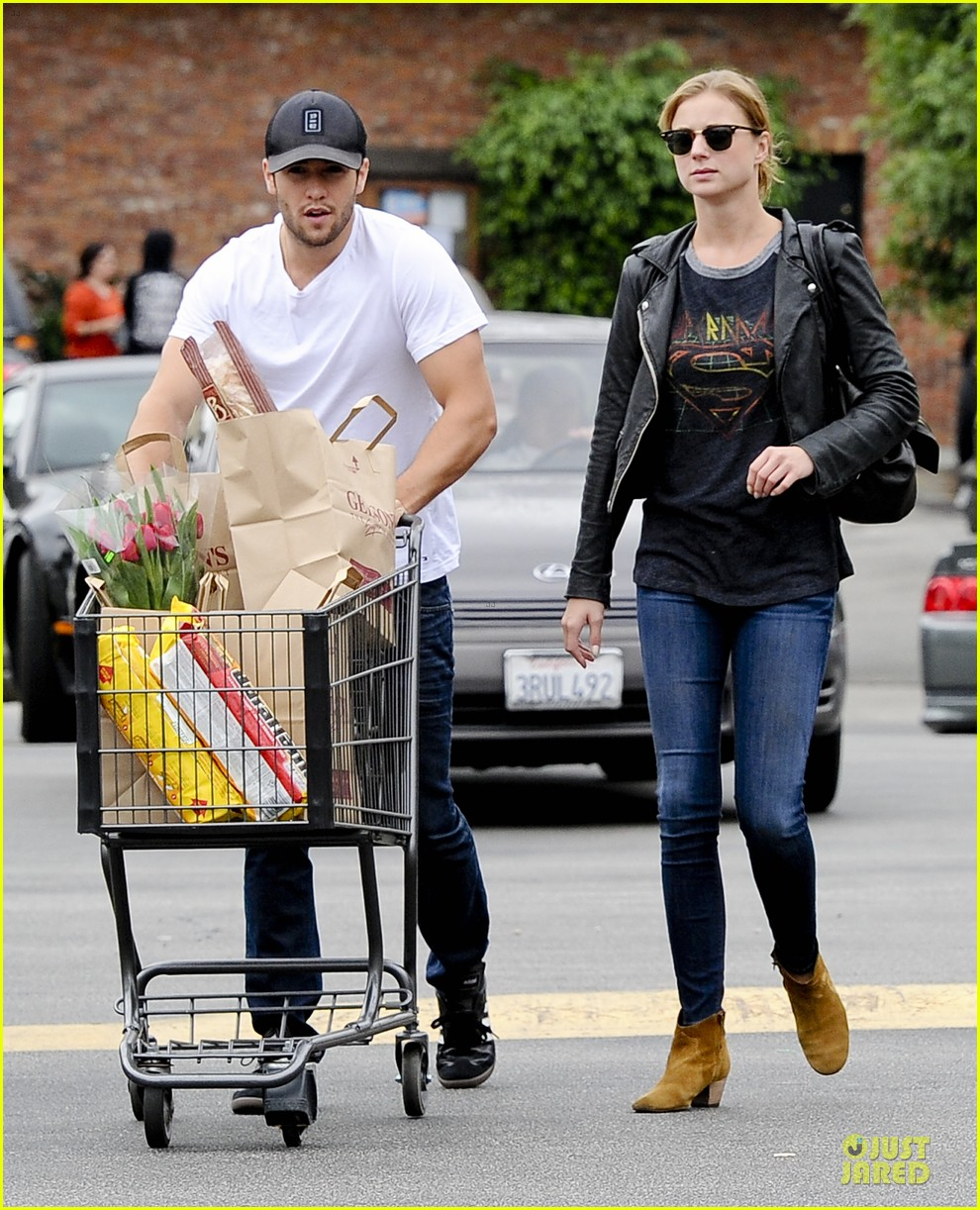 emily vancamp joshua bowman grocery shopping duo 102741689