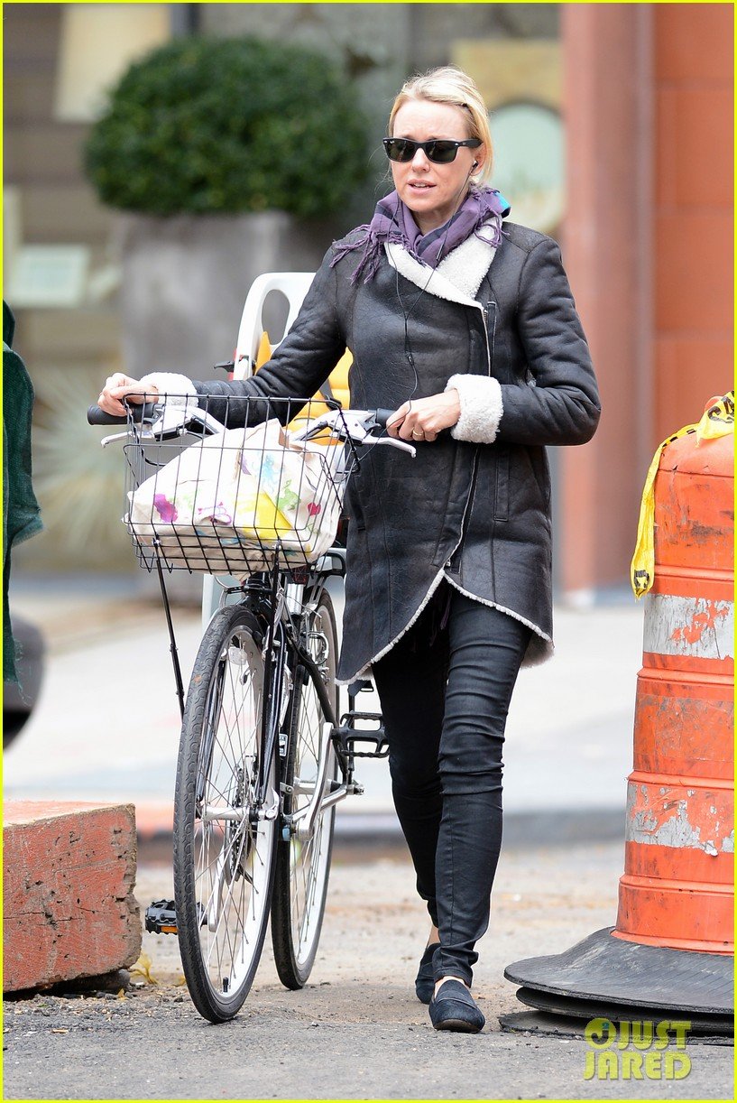 naomi watts bike ride in big apple 14